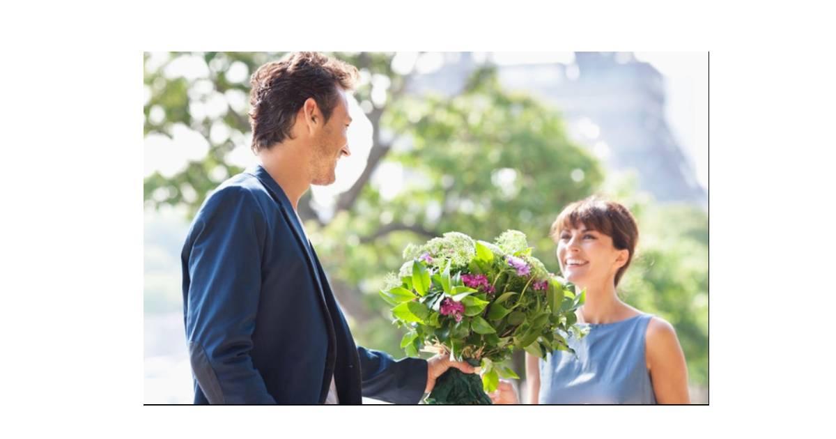 Tặng hoa cho phụ nữ dịp trung thu